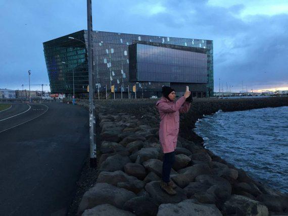 Frau fotografiert in Reykjavik