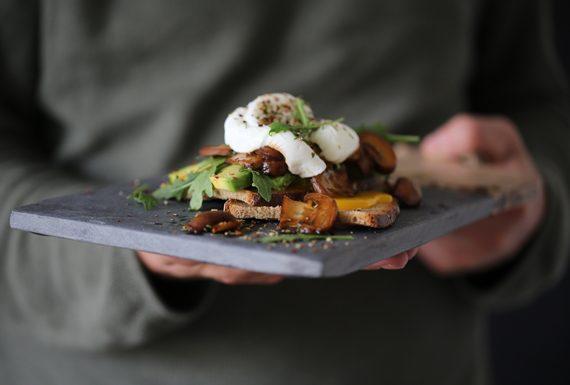 Pochiertes Ei aus dem Kochbuch Angemacht & Weichgekocht von Stefan Hermansdorfer First Served